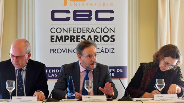 El consejero de Fomento, Felipe López, ha participado en un coloquio organizado por la CEC.