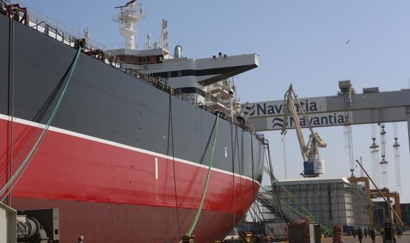 Imagen del petrolero en el muelle de astillero de Puerto Real
