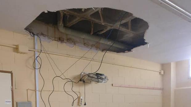 El techo del aula infantil que se ha derrumbado en El Cuervo