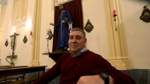 Rafael Galeano, en la capilla del Beato, ante la imagen de Nuestro Padre Jesús en su Prendimiento.