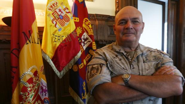 El general Planells en el que era su despacho en el Tercio de Armada.