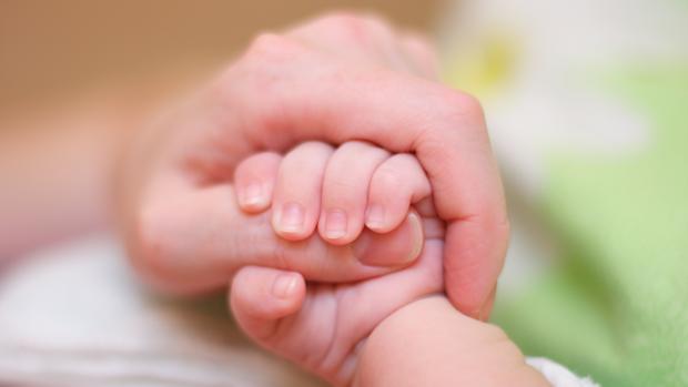 Tanto el bebé, una niña, como la madre se encuentran en buen estado