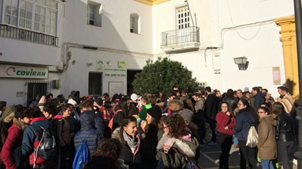 Los alumnos concentrados a las puertas del Instituto