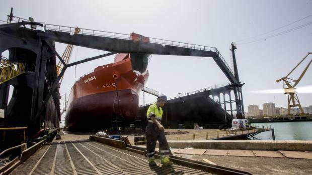 Trabajos de reparación este verano a un buque en el dique flotante de Navantia en Cádiz
