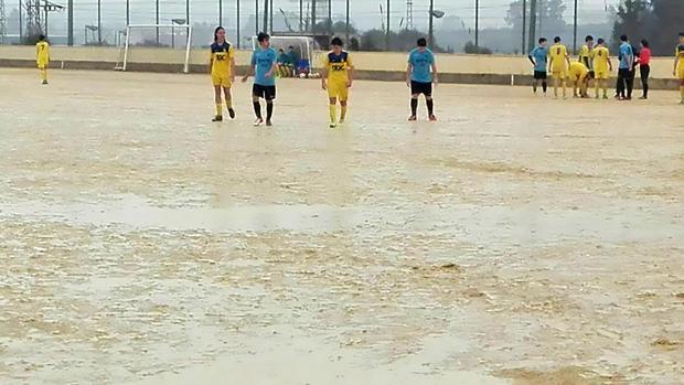 La lluvia obliga a suspender uno de los encuentros por el mal estado del terreno de juego