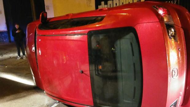 El vehículo quedó en posición lateral