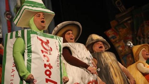 La chirigota del «Canijo» de Carmona, en una actuación de «No valemo un duro» de la edición de 2017 en Cádiz