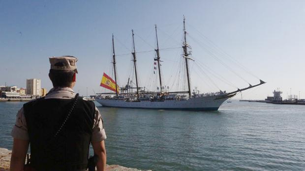 El buque escuela a su llegada a Cádiz de su último crucero de instrucción.
