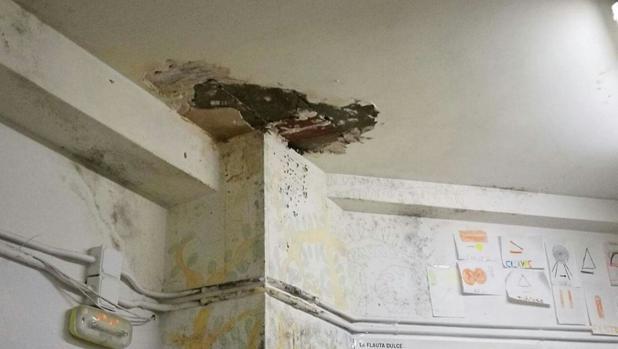 Un detalle de uno de los techos de una clase donde se desprendió parte de la escayola