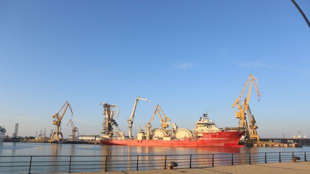 El 'Deep Energy' ya se encuentra en el astillero de Cádiz para su reparación