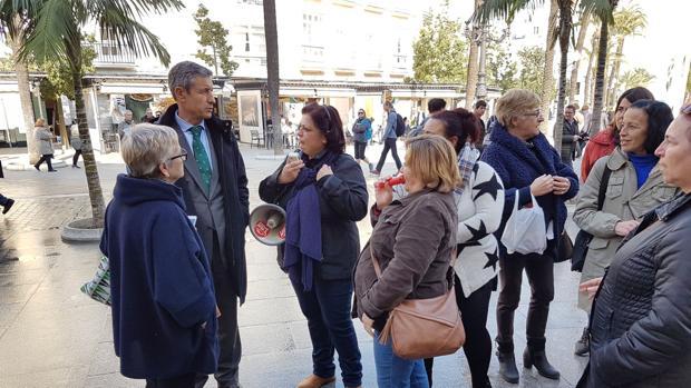 Los representantes de la oposición mantuvieron un encuentro con las trabajadoras que se concentraron a las puertas del Ayuntamiento.