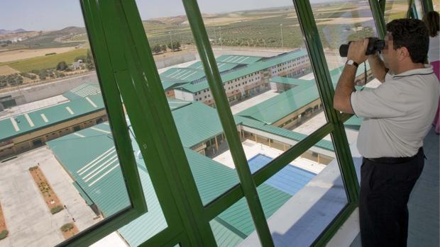El sindicato Acaip ha denunciado la agresión de un preso a tres funcionarios en la cárcel de Morón