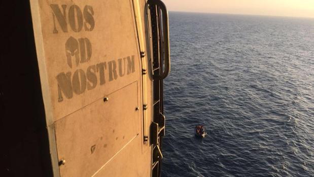Imagen del helicóptero y la patera en el momento del avistamiento.