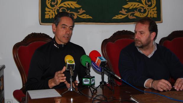 El jefe de la Policía Local de Lora (izquierda) junto con el concejal de Seguridad del Ayuntamiento