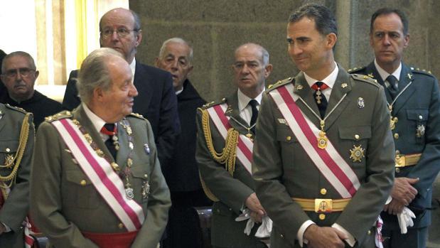 El Rey Felipe VI junto a su padre, el monarca emérito Juan Carlos I, en un acto castrense