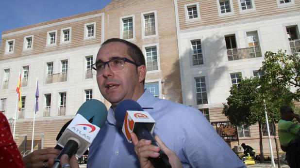 El alcalde de Los Palacios justifica la contratación de una «experta en turismo» para el Ayuntamiento