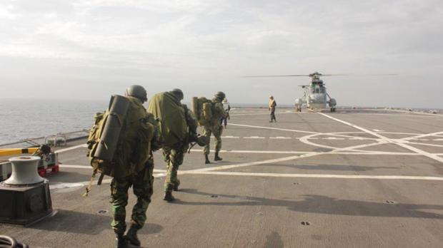 'Fuzileiros de Marinha' se disponen a embarcar en un helicóptero desde un buque español.