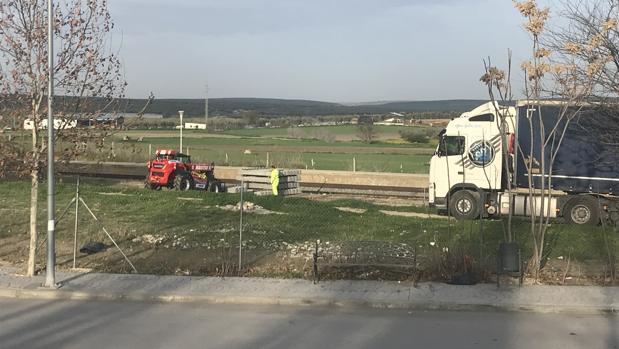 Un camión descarga en la misma estación de tren de Arahal el material para reponer los desperfectos de la vía.