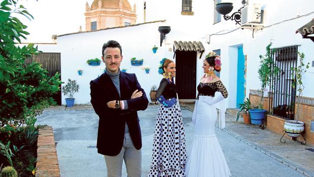 Antonio Mallén posando junto a Olalla Mallén y Mónica Caballero ataviadas con su creaciones