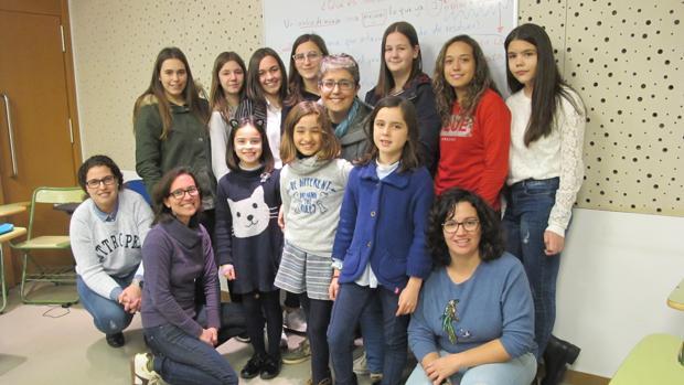 Las estudiantes y sus mentoras se reúnen semanalmente en la Casa de la Juventud