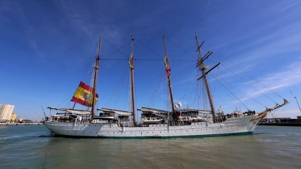 El Juan Sebastián de Elcano partiendo de Cádiz hacia su pasado crucero de instrucción, en marzo de 2017.