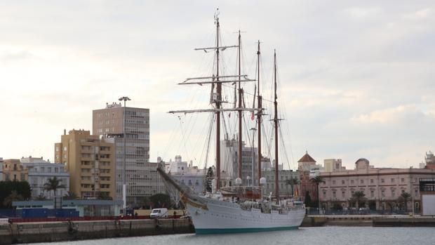 El buque escuela ya está atracado en el Muelle Ciudad.