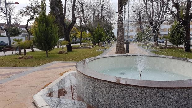 La zona ajardinada de la fuente del Pulpejo en Arahal es una de las entradas más importantes del pueblo