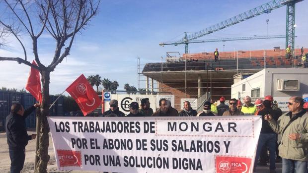 Protesta de kos trabajadores a pie de obra
