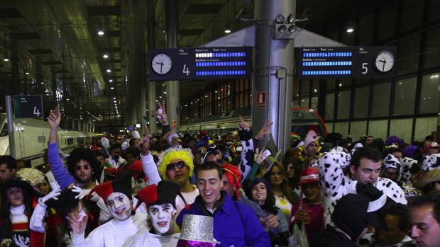 Llegada masiva de público a la estación de trenes de Cádiz para disfrutar del Carnaval