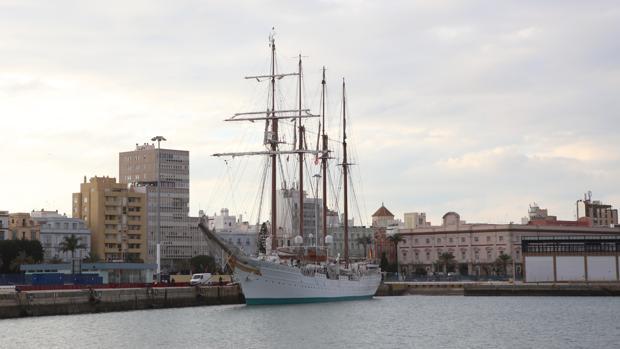 El buque escuela atracado en el muelle de Cádiz, listo para comenzar su crucero de instrucción.