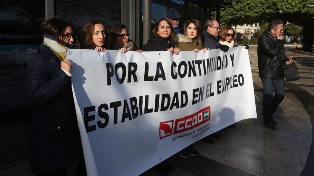 Las trabajadoras, en la puerta de la oficina de Turismo de Canalejas