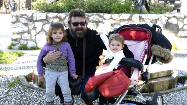 José Luis, padre del pequeño Abel, junto con su hija mayor