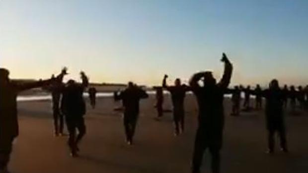 Los inmigrantes, en la playa de Conilete.