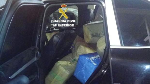 Un todoterreno cargado de fardos de hachís en una foto de archivo.