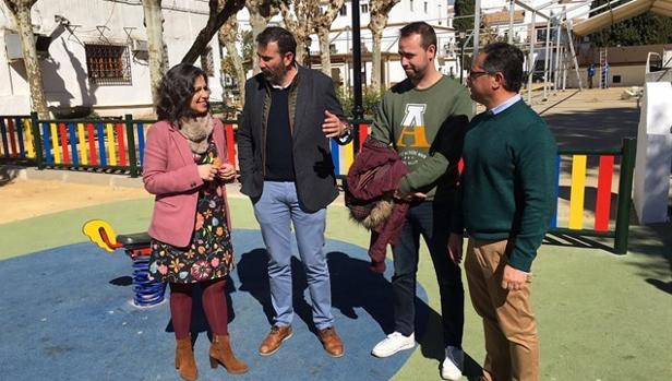 Maribel Peinado, y el alcalde de Alcalá de los Gazules, Javier Pizarro junto a varios concejales del consistorio alcalaíno