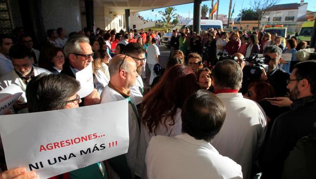 Concentración del personal sanitario hoy a las puertas del hospital de la Línea