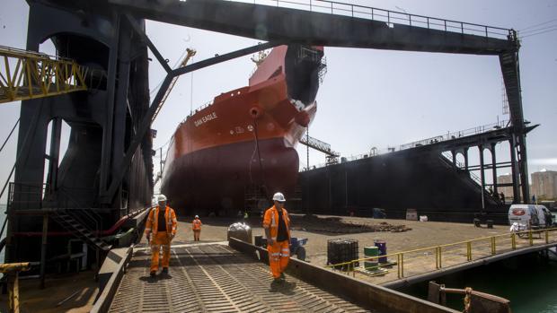 Imagen del dique flotante en el astillero de Cádiz