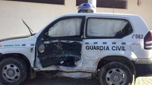 Estado de un vehículo de la Guardia Civil tras ser embestido por narcotraficantes