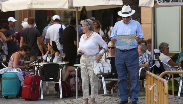 Turistas en las calles del casco histórico de Cádiz