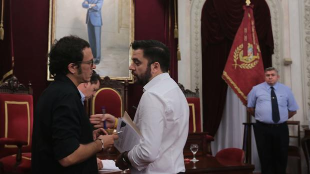 El alcalde, junto al portavoz socialista, Fran González.
