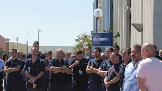 Trabajadores de la planta de Airbus en Puerto Real durante el minuto de silencio en mayo de 2015 por el accidente con víctimas de un A400M