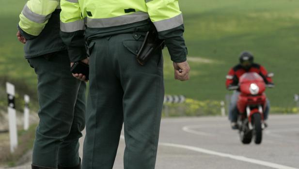 Los agentes de la GuardiaCivil controlan el tráfico.