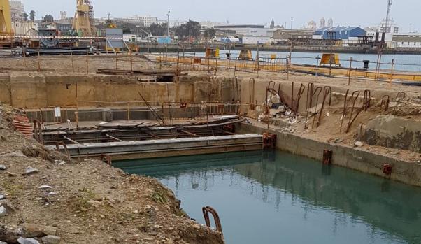 Imagen tomada este jueves. El agua ha cubierto los 830 metros de trazado del túnel en el suelo del astillero de Cádiz