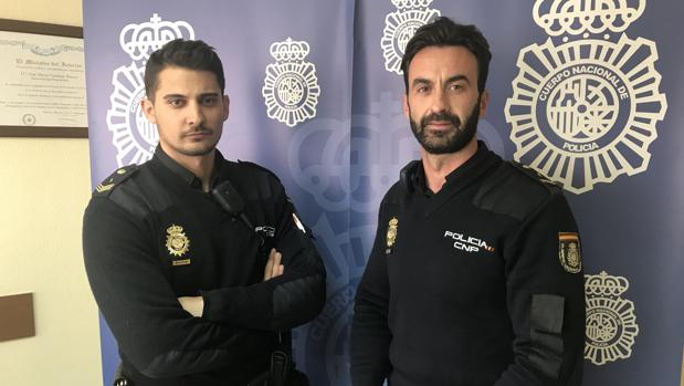 David Sánchez (izquierda) y Manuel Chacón, los dos policías que salvaron la vida a una mujer en Alcalá