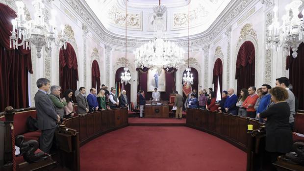 El Pleno del Ayuntamiento de Cádiz ha comenzado con un minuto de silencio en memoria del pequeño Gabriel Cruz.