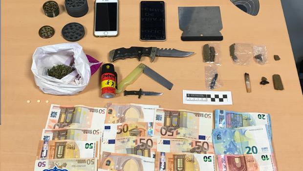Dinero, droga y material intervenido a los sospechosos.