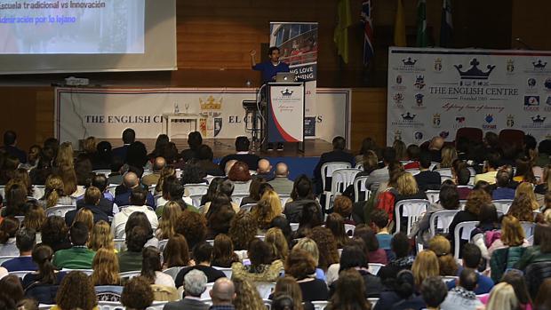 César Bona ante un auditorio repleto en El Centro Inglés