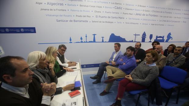 Teófila Martínez explicó los motivos de su retirada al comité local. En primera fila, José Manuel Cossi, que se perfila como posible candidato.