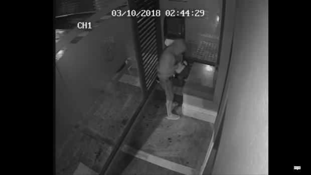 Las cámaras de seguridad captan el momento del robo del desfibrilador