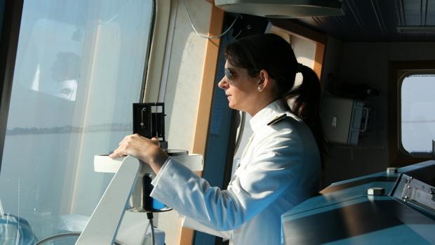 La teniente de navío Goicoechea, navegando en el buque hidrográfico 'Tofiño'.